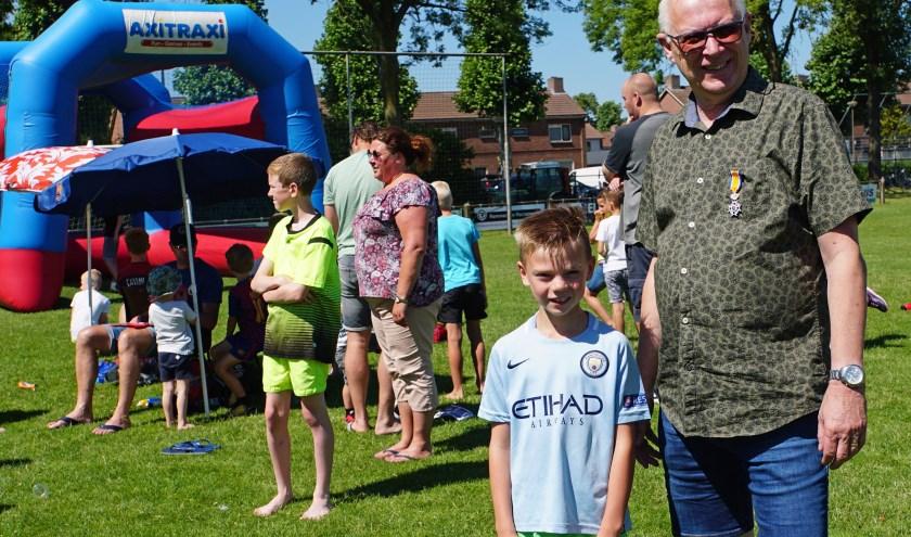 Stoffel Vermeer met kleinzoon Delano die naar een Nijmeegse voetbalschool gaat. (Foto: Jan Woldberg)