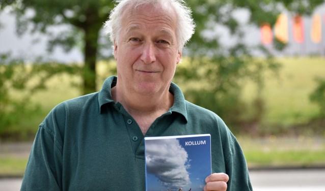 Hans Assink presenteert donderdag 13 juni om 16.00 uur zijn boek 'Kollum' bij Jansen en Janssen aan de Oude Markt 10 in Enschede. Marti ten Kate krijgt het eerste exemplaar uitgereikt. Iedereen is welkom. Foto: Peter Koehorst