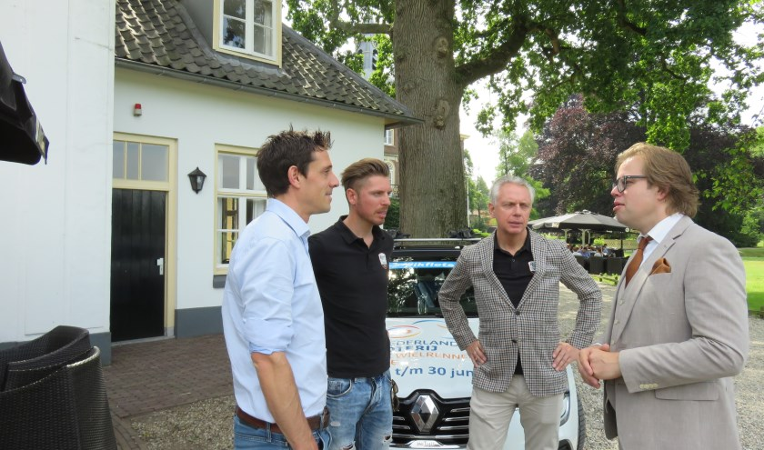 KNWU directeur Thorwald Venenberg, Boy en Jean Paul van Poppel zijn bij Hoekelum in gesprek met wethouder Peter de Pater over het NK.