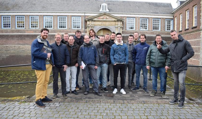 De zestienvaklieden deelnemers die hun opleiding Specialist Restauratie Timmeren & Metselen bekroonden met een diploma. FOTO: PR