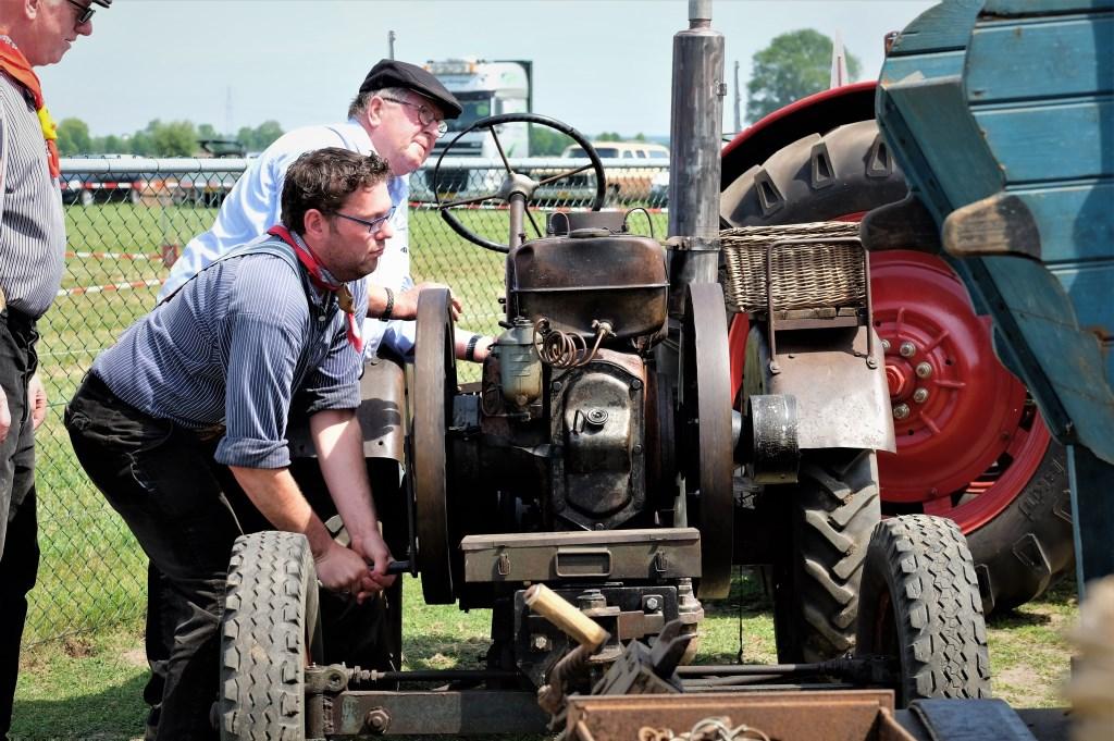 Lekker ouderwets: tractor gewoon aanslingeren.  © Persgroep