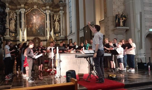 Jongerenkoor Zangers van St. Frans bestaat 60 jaar en staat onder leiding van dirigent Geert Verhallen uit Mill. (foto: persfoto)