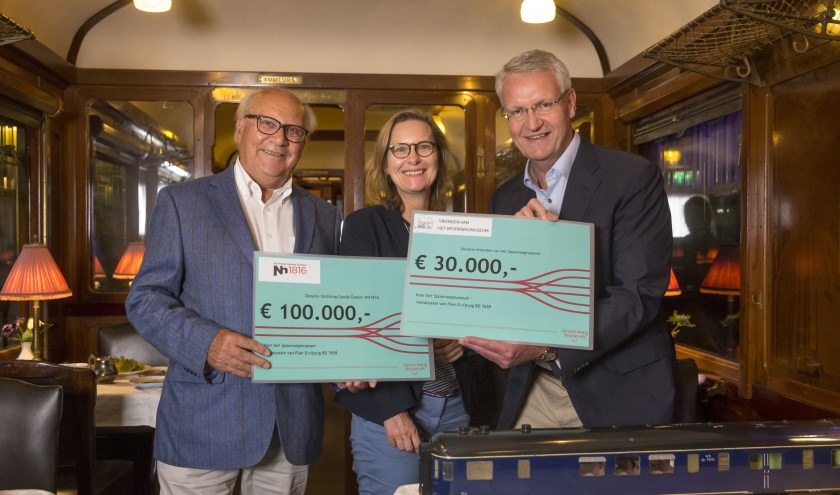 Hein Aanstoot (l) en Richard Weurding r) met Spoorwegmuseum directeur Nicole Kuppens.