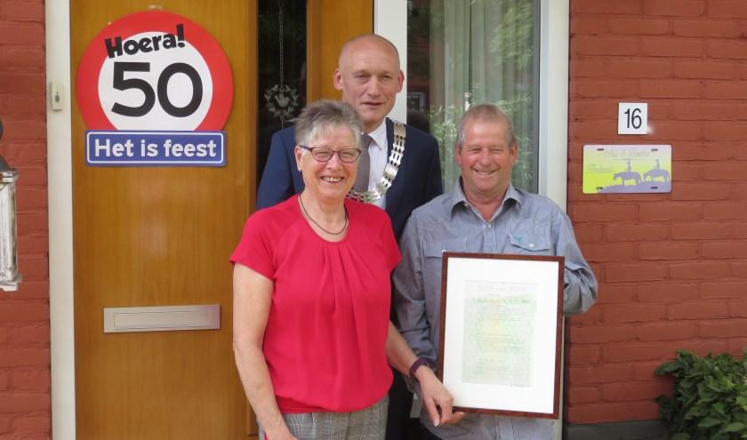 Loco Burgemeester Hans Marchal met het jubilerende echtpaar. Foto en tekst: John Beringen