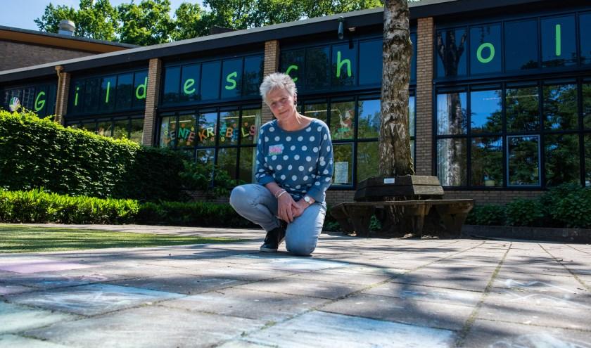 Gerda Bosch zit ruim 40 jaar in het onderwijs. Afgelopen woensdag werd ze tijdens juffendag in het zonnetje gezet. Foto: Dennis Dekker