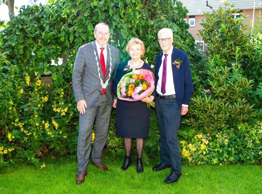 Het gouden paar Barends met burgemeester Rik de Lange.