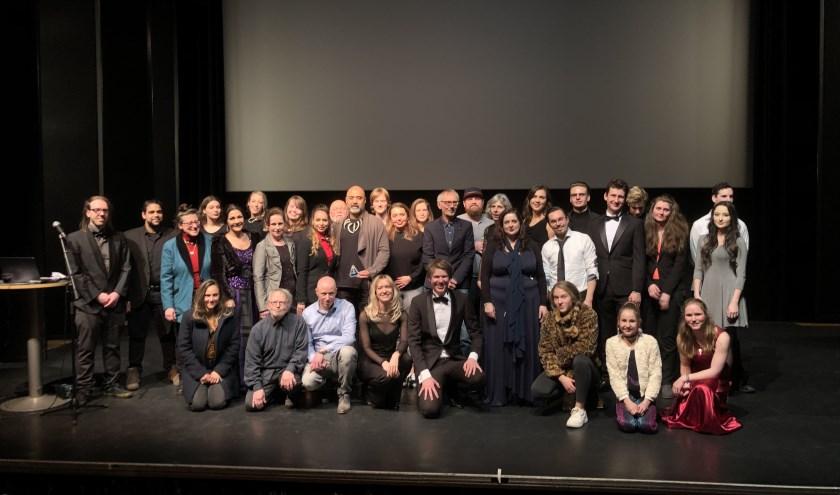 Een deel van de cast en crew poseert tijdens de première van 'Welcome to Earth' waarin Tilburger Jeroen Vreijsen de rol van René Shepard speelt.