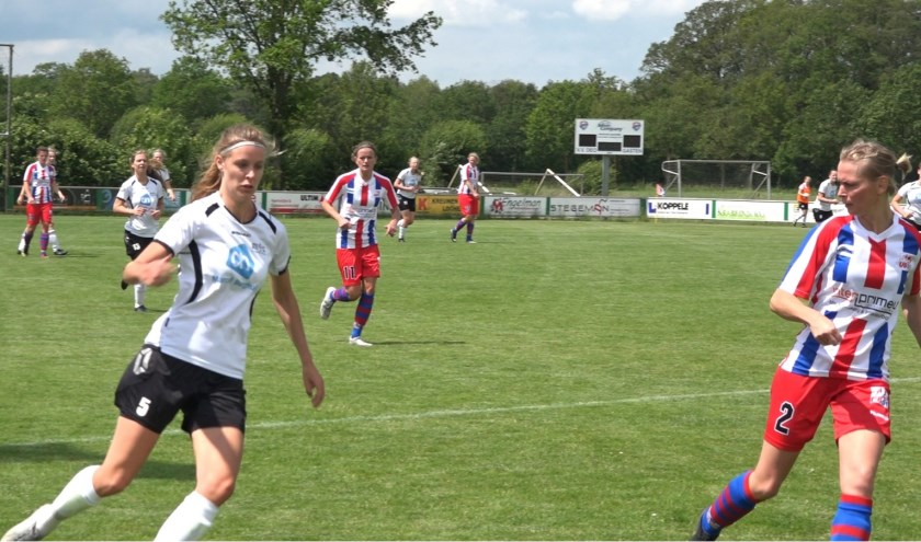 Sabine Heister (r) in duel met speelster ATC'65 VR1