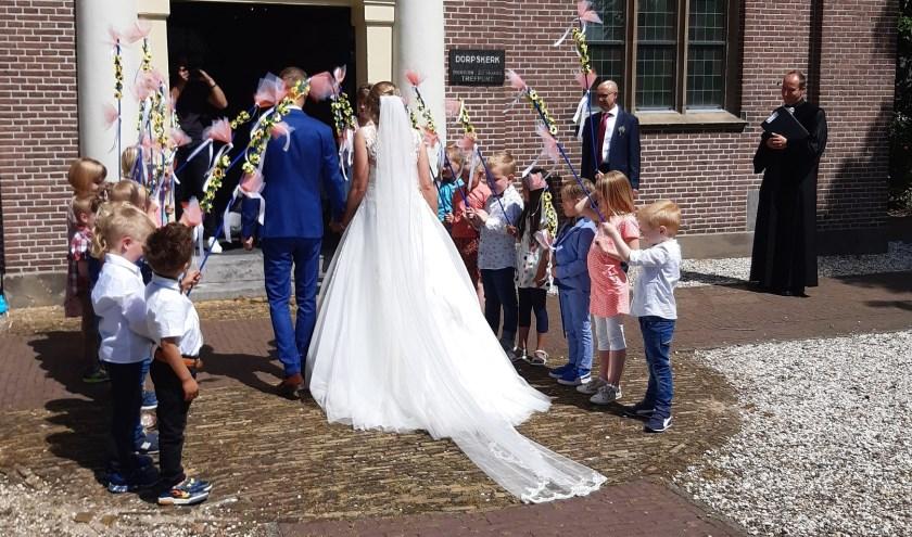 De kinderen van groep 1/2a stonden bij de kerk van Leusden klaar met versierde stokken. Eigen foto