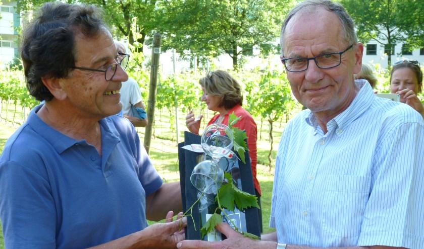 Herman Wierenga (r) is een groot voorvechter van stadslandbouw in onze gemeente en kreeg ter afsluiting van het bezoek wijn van eigen bodem overhandigd.