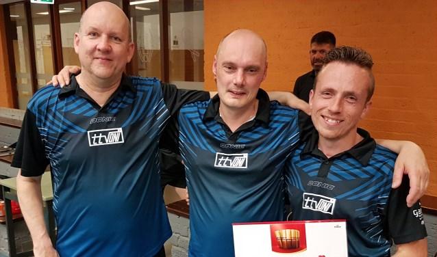 De podiumplaatsen waren voor v.l.n.r Sander Wendel (3e), Jim Bosch (2e) en winnaar Daniël Lehmann.