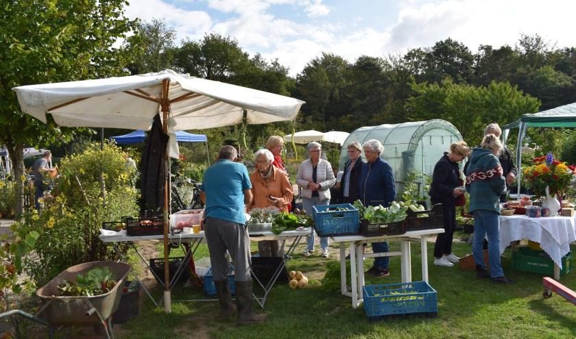 Elke keer is het weer gezellig druk tijdens de open tuindag op De Jipkesbelt, waar mensen groenten, fruit en honing kunnen kopen.