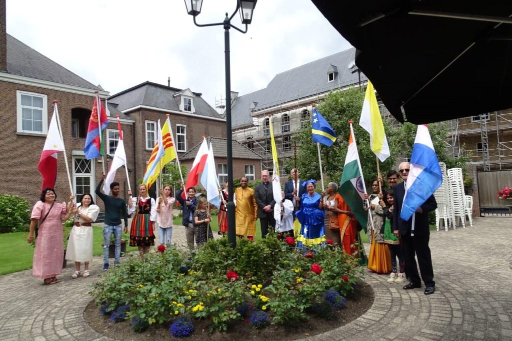 Van elk land liepen er vlaggendragers mee, die gekleed in traditionele klederdracht het Osse centrum trakteerden op een kleurrijk schouwspel.   © Persgroep