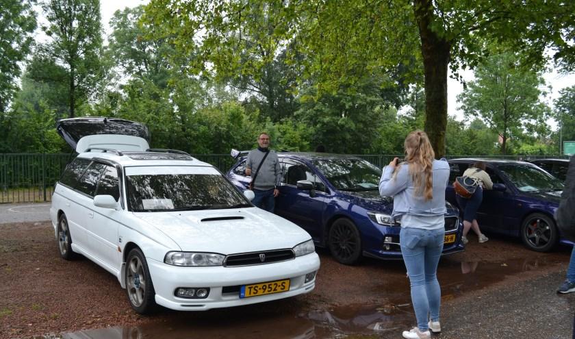 Er werden voor de start veel foto's gemaakt. De witte auto is een voor Japan gebouwde Legacy. (foto: Arco van der Lee)