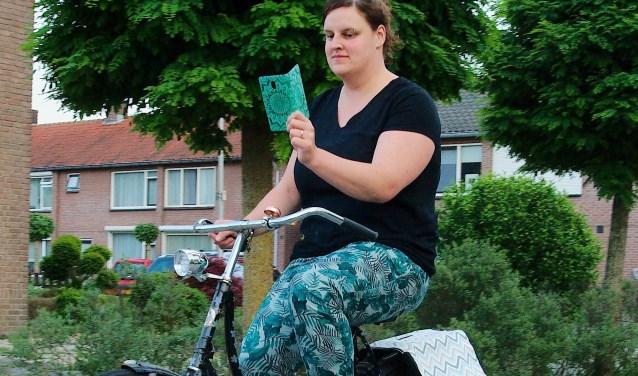 Appen op de fiets is vanaf 1 juli verboden. Wie het toch doet en gepakt wordt, kan een boete van 95 euro tegemoet zien. (foto Gert Perdon)