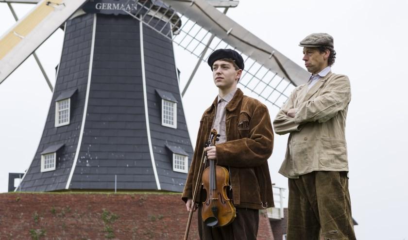 Molenaar Jan (Harrie Kruisselbrink) en zijn zoon Geurt (Beer Swildens) voor molen De Germaan.