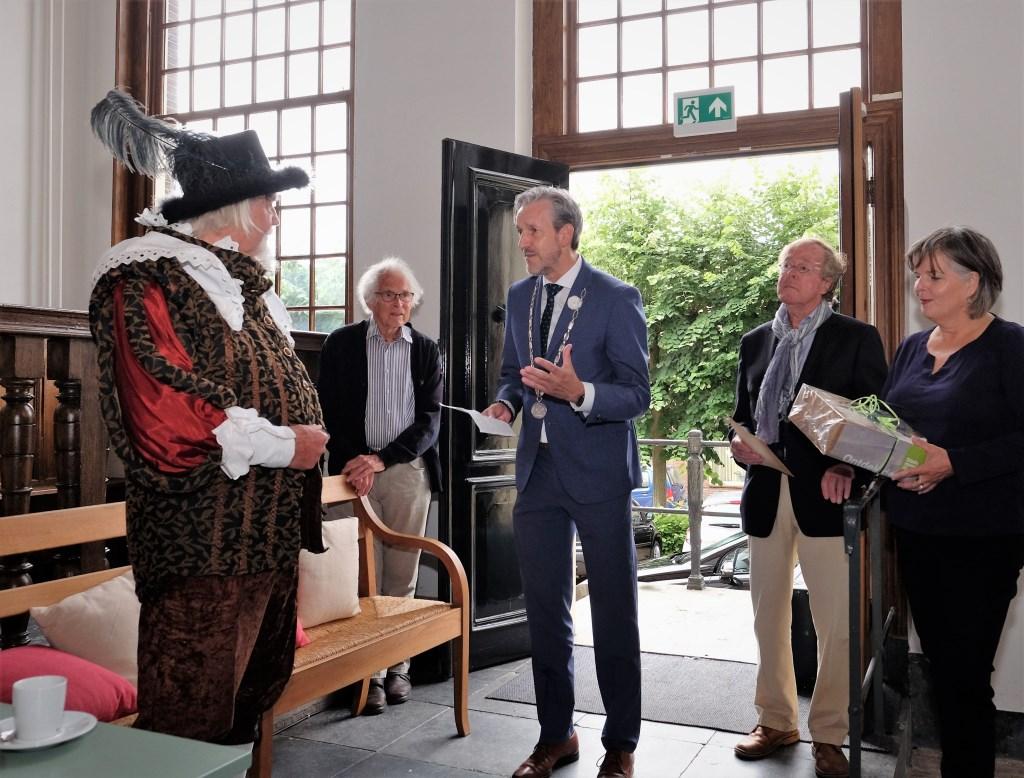Gilbert wordt door burgemeester Hans van der Pas en andere prominente Rhenenaren ontvangen op het oude raadhuis van Rhenen.  © Persgroep