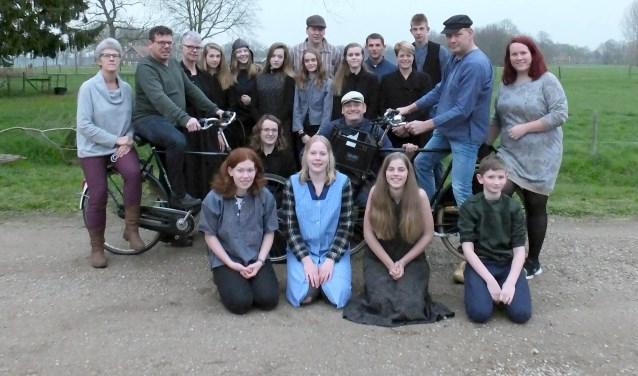 De cast van het openluchtspel 'Bi'j ons an de grenze' met geheel rechts Petra Broekgaarden.