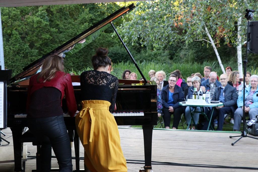 Beth en Flo begonnen hun optreden staand achter de piano. Foto: Jeroen van Zomerenn © Persgroep