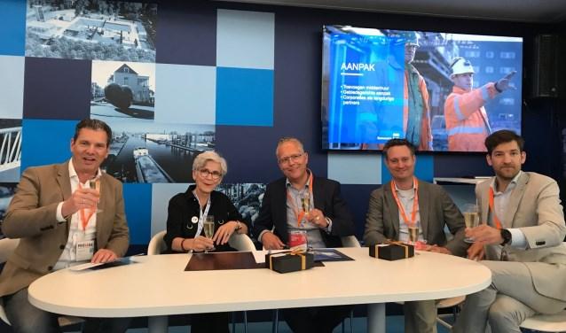 Vlnr Dyon Aldenhove (Novaform), wethouder Karin Schrederhof, Edwin Kolkhuis Tanke (Novaform), Guus Theuws (Novaform), Mark de Vos (Novaform)
