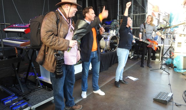 Fotograaf Menno Kuiper krijgt de Aaltjespenning uitgereikt uit handen van burgemeester Harm-Jan van Schaik en Christel van der Stouw, voorzitter van Stichting Aaltjesdagen. Foto: Agnes Bergevoet