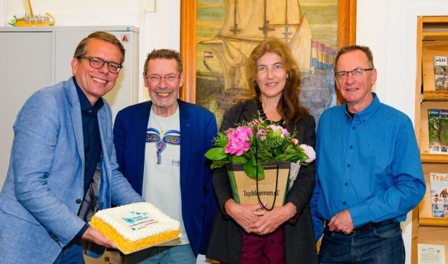 Taart en bloemen voor tweehonderdste lid van coöperatie Erfgoed Gelderland - v.l.n.r.: Marc Wingens, Ben van den Berg, Jola Gerritsen en Enrico van den Bogaard - Jan Adelaar Fotografie