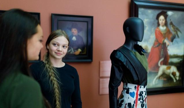 Tijdens de cultuurnacht in het Dordrechts Museum laat Take pART hun mode-interpretatie op kunst zien. (foto: Bram Vreugdenhil)