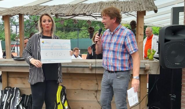 Prachtig bedrag opgehaald bij Collens tennistoernooi.