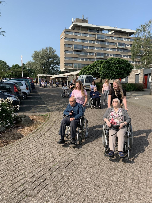 Leerlingen wandelen met ouderen dagvoorziening Binnenhof naar het Doesgoor