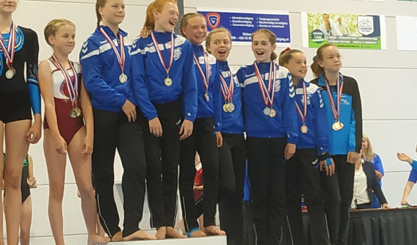 Een podium vol met DOK-turnsters.
