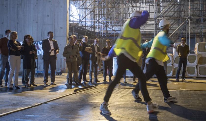 Nederland, Rotterdam, 14-06-2019Richard Moti, wethouder Rotterdam, Emmelien Mathijssen directeur theater Zuidplein en oa Theo Kemperman bibliotheek Rotterdam bezoeken de nieuwbouw van het theater