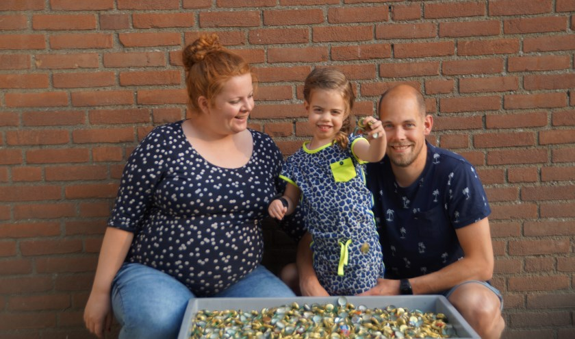 De vijfjarige Zoë is rolstoelafhankelijk. De familie is een kroonkurkenactie begonnen om een rolstoelbus te kunnen kopen, zodat ze als gezin mobiel blijven.