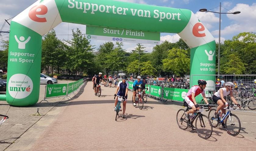 Moe maar voldaan komen de deelnemers aan de Jan Janssen Classic over de finish bij sporthal De Bongerd. (foto: Kees Stap)