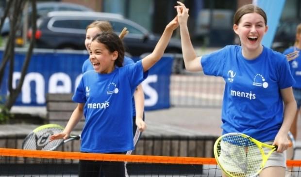 Kinderen maken kennis met tennis.