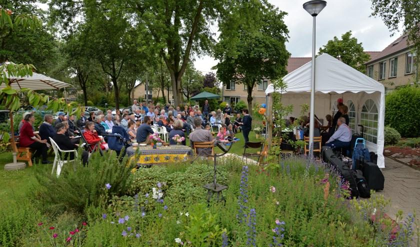 Volle bak aan de Jonker Sloetlaan! Het Voortuinconcert 2019 werd goed bezocht. Klezmermuziek tussen de bloemen! Voor de buurt en bezoekers.