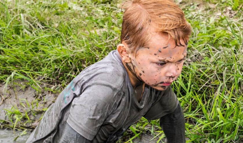 Kinderen van 4 tot 13 jaar mogen lekker vies worden tijdens de Zevenaarse mudrun. (foto: Shutterstock.com)