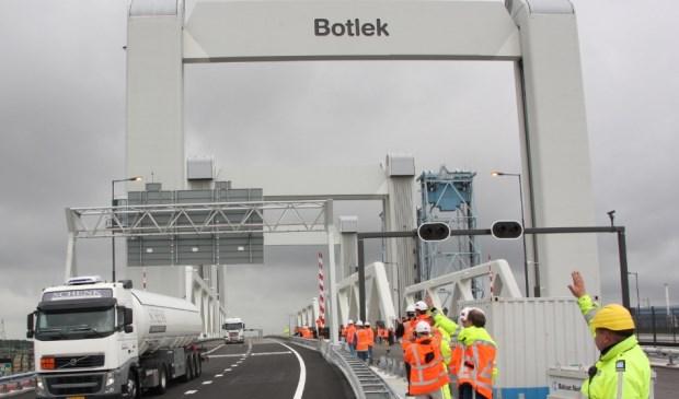 Meer dan de helft van de werkende Nissewaarders werkt niet op Voorne Putten. Voor hen leveren de bruggen en tunnel de meeste vertraging op.