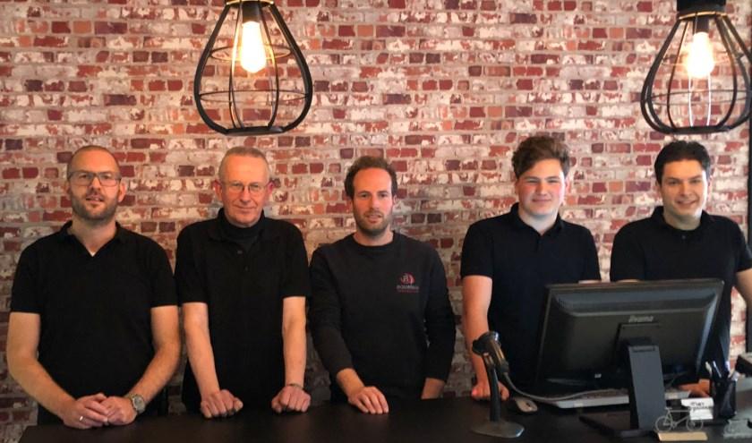 Het Fietsenhuis-team met oud-eigenaar (v.l.n.r.): William, Reijer, Gerben, Joppe en Alex