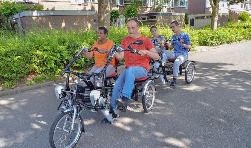 De bewoners van Fijn Heulestein met v.l.n.r. Priscilla, Jan, Sadeta en Driss zijn erg blij met hun nieuwe duofiets. (Foto: Paul van den Dungen)