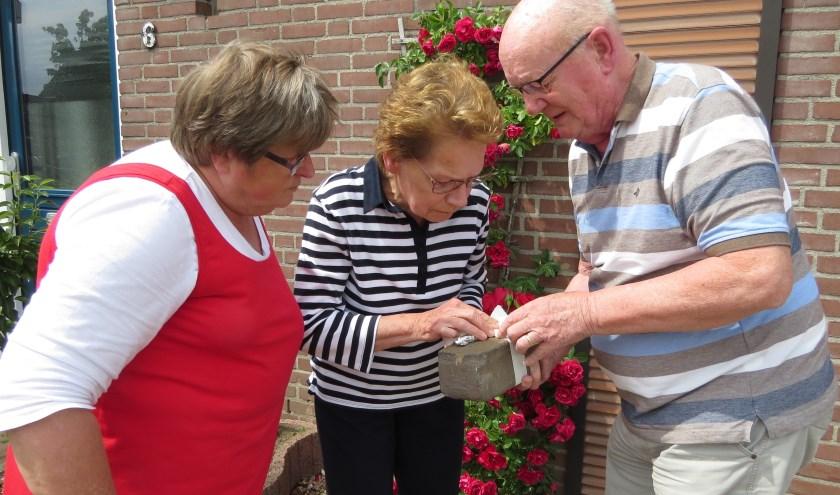 Geëmotioneerd strijkt Toos Groenen over haar geboortedatum die haar vader bijna 74 jaar geleden in de baksteen schreef. (foto: Josée Gruwel)