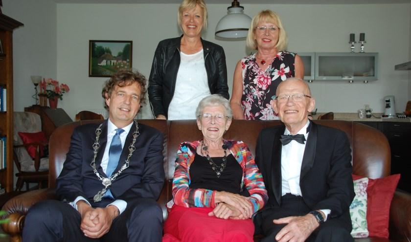 Burgemeester Verhulst bezoekt het bruidspaar Hasselaar en hun dochters Ina en Janny. (Foto's en tekst: Ester Wormgoor)