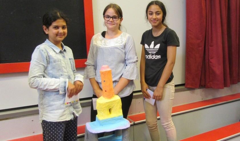 """Eerste prijswinnaars van De Drie LInden bij hun toren """"Pastel Tower"""". Yamila ontbreekt op deze foto."""