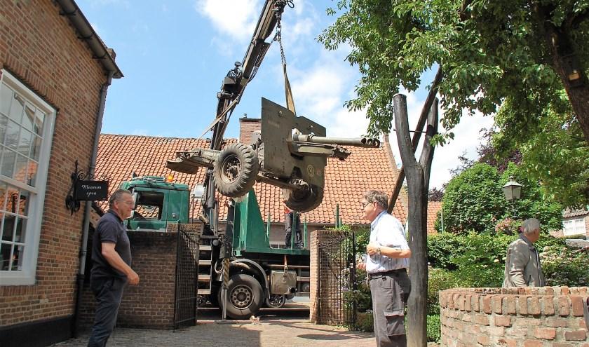 De houwitser wordt afgeleverd bij museum De Vier Quartieren, onder toeziend oog van Han Smits en Jan van Vroenhoven.