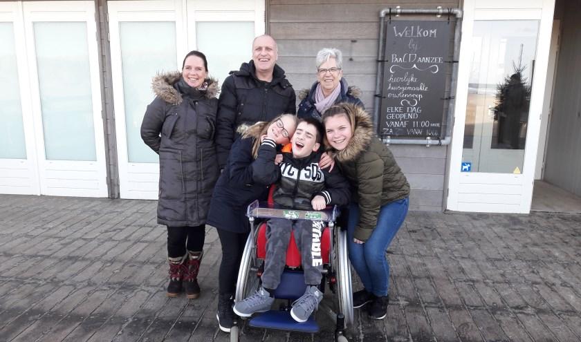 Nordin samen met zijn ouders, zusjes en oma.