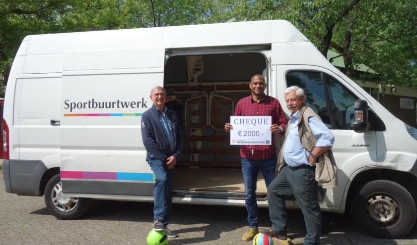 Mennold Phelipa van Solidez (midden), Jack Kraijkamp en Kees Hopmans van Rotaryclub Wageningen-Bergpoort staan nu nog voor een lege Speelbus.Foto: Jack Kraijkamp