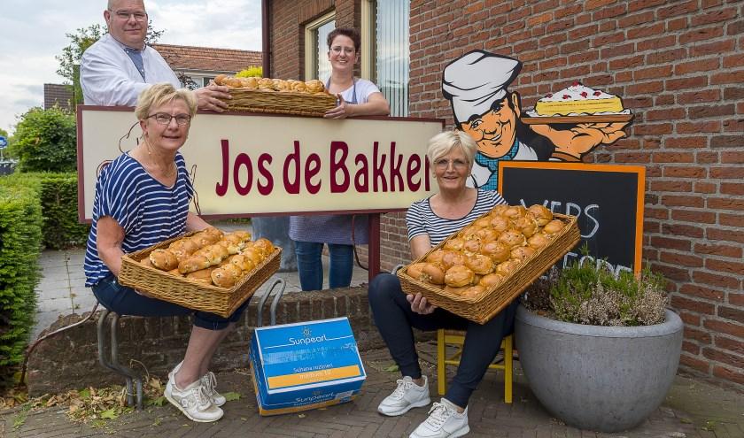 Henny en Rianne hebben samen met Jos de Bakker en medewerkster Anouk de kwaliteit van de krentenbollen vastgesteld en goedgekeurd!