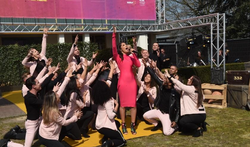 April Darby, in het roze, vertolkt de rol van Aida in een jurk die door Addy van den Krommenacker ontworpen is. Foto: Henk van Esch