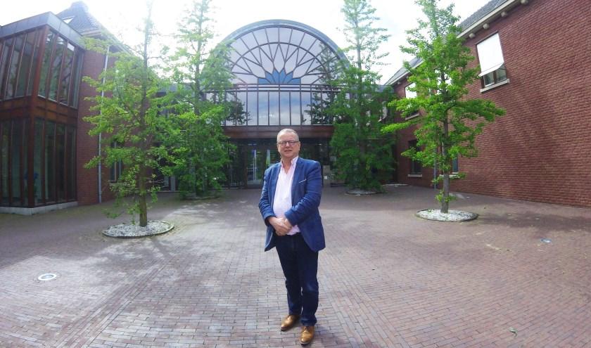 Wethouder Jan de Bruijn voor het stadhuis. De foto is gemaakt door Joep en Wisse.
