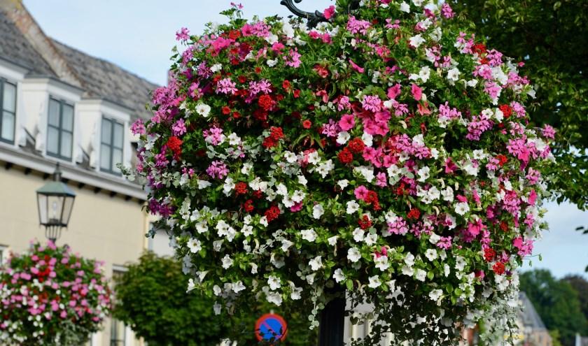 Inwoners van de oude gemeente Lingewaal waren trots op de bloembakken die de hele zomer de straten opfleurde. De vele toeristen zien het als een groot gemis op hun foto's.