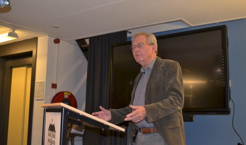 Wim Vlogtman vertelt bij de presentatie van zijn tweede boek over de achtergronden van zijn verhalen. Foto: Jan Joost.